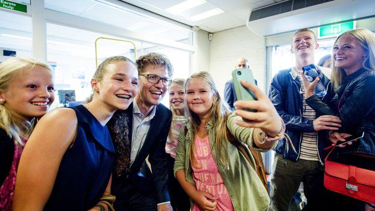Staatssecretaris Dekker met scholieren. Beeld anp