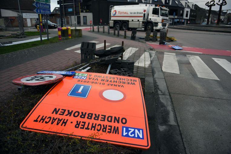 Ook de verkeersborden (hier in centrum Haacht) ontsnapten niet aan de hevige wind.