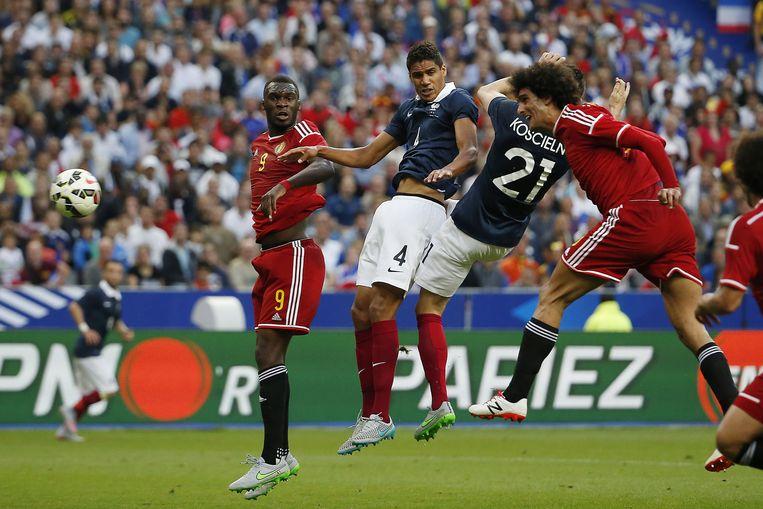 Marouane Fellaini scoort in de oefeninterland tegen Frankrijk op 7 juni 2015.