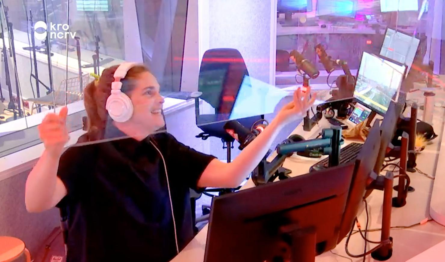 Cielke Sijben pakt het plexiglasscherm aan van collega-sidekick Thijs Maalderink tijdens de uitzending van De Wild in de Middag.