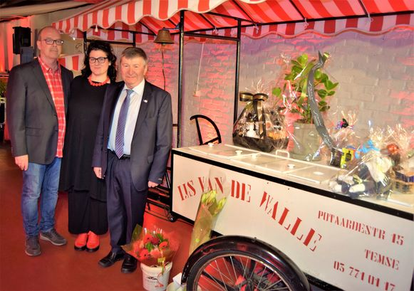 Mieke Van De Walle en echtgenoot Wilco Vos met burgemeester Luc De Ryck.