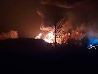 87 brandweerlieden zijn urenlang in de weer met blussen van zware stalbrand in Nieuwpoort