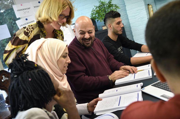 September 2017: Mohannad en Layla bij de Nederlandse les in Nijmegen. Beeld Marcel van den Bergh