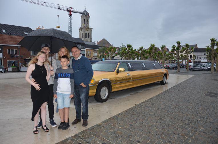 Els Poppe trakteerde haar vriend Philippe en haar zoon Nicolas, dochter Dorothy en haar vriendje Jonas op een rit in een gouden limousine.