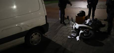 Maaltijdbezorger op scooter botst op busje in Nijmegen