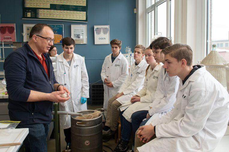 Hobbybrouwer Chris Van den Bergh legt uit hoe de leerlingen te werk moeten gaan.