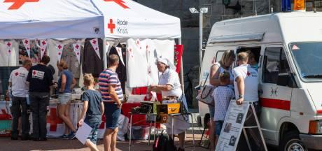 Met 'bebloede' hand over Markt van Haaksbergen voor Rode Kruis