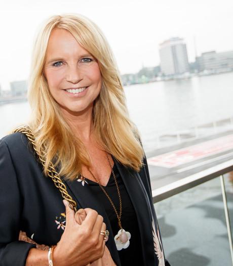 Linda de Mol ontvangt eerste kinderpostzegels