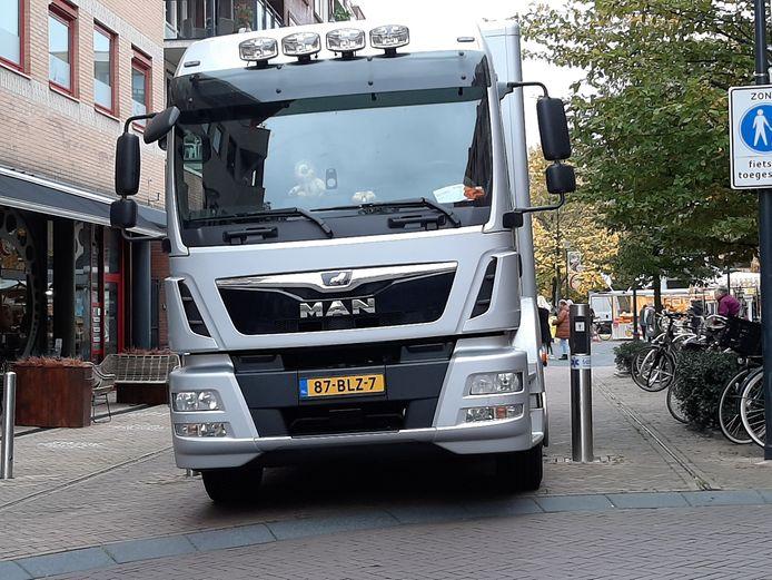 De vrachtwagen van een fruit- en groentehandelaar stond zaterdagmorgen geruime vast op de verzinkbare paal in de Maximastraat in Nijverdal.