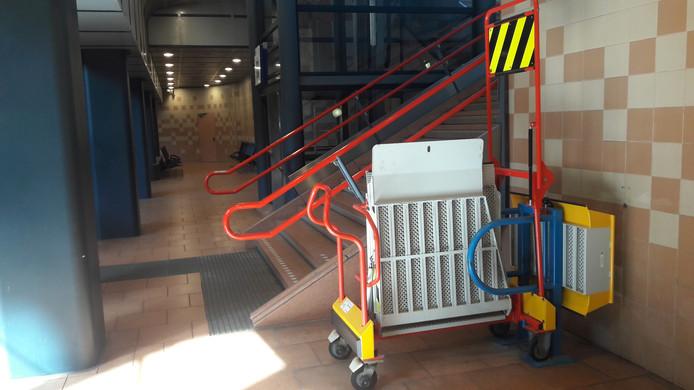 De 'plank' waarmee rolstoelers toegang krijgen tot de trein.