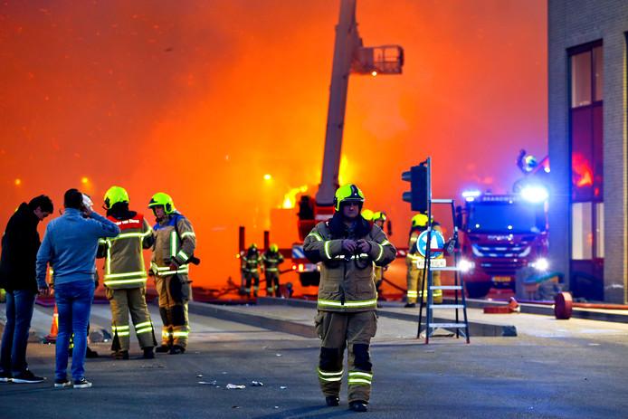 3ac9f1204e0 Bij de brand bij de papierverwerker aan de Veerplaat kwam veel rook vrij.