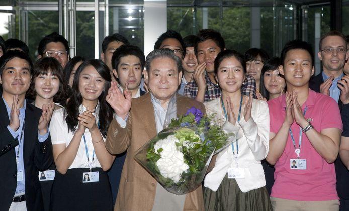 Lee Kun-hee tijdens een bezoek aan zijn bedrijf in 2011