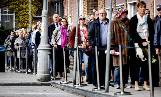 Voor het Koninklijk Concertgebouw staat een rij met mensen die afscheid komen nemen van burgemeester Eberhard van der Laan.