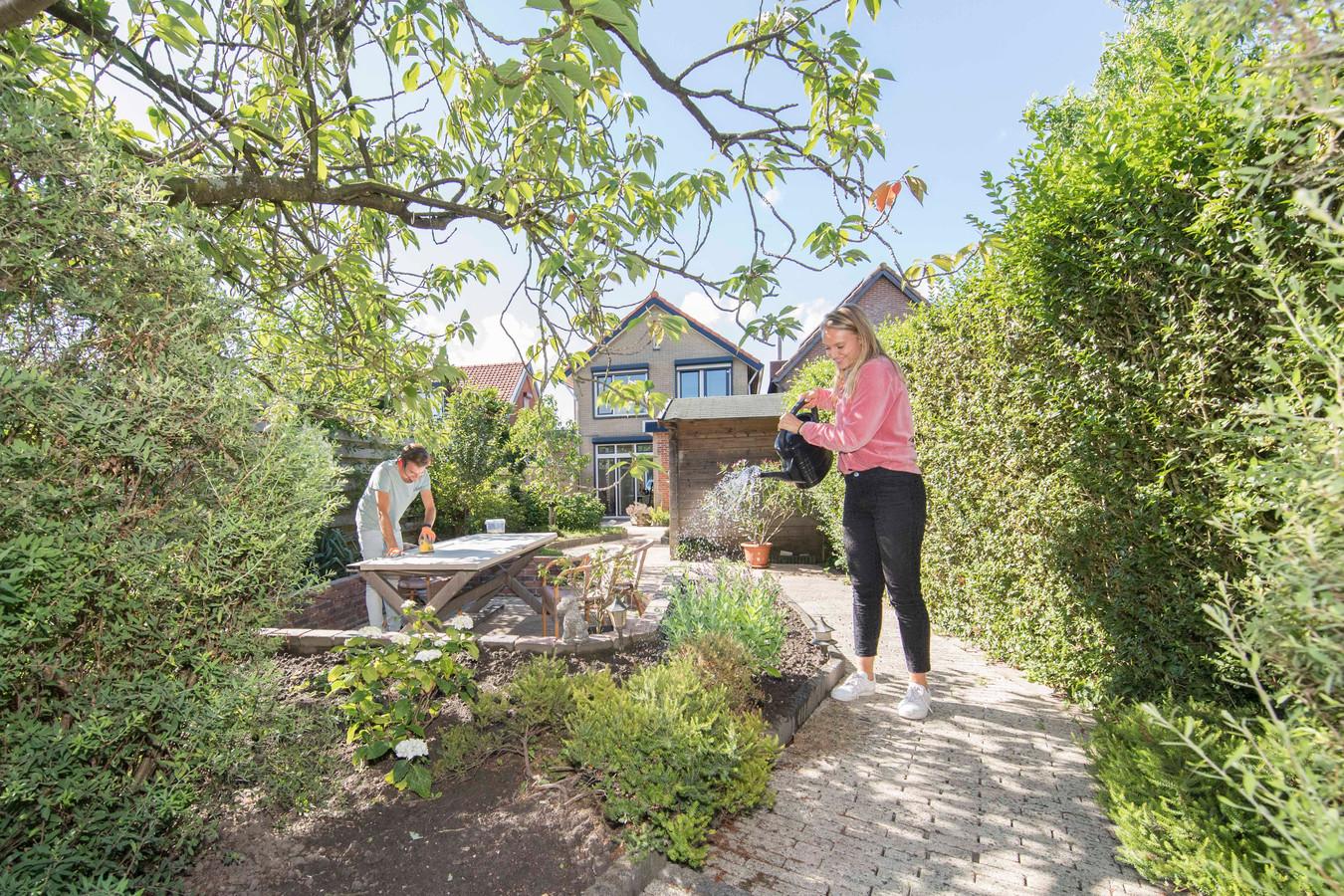 Supermarktmanager Daan Versteeg (30) en Mariëlle Timmerman (28), in het dagelijks leven facilitair projectmanager, zijn heel blij met hun grote tuin.