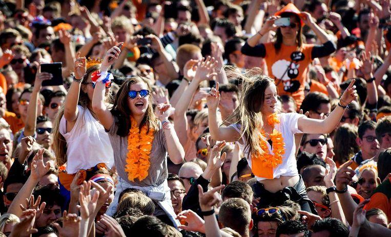Het publiek geniet zichtbaar op Koningsdag bij het Kingsland Festival in de RAI in Amsterdam. Beeld anp