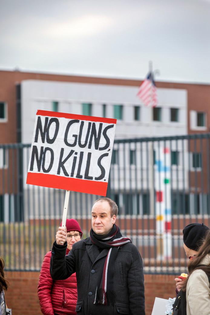Tussen 12.00 uur en 15.00 uur werd er bij de ambassade gedemonstreerd tegen wapens in de Verenigde Staten.