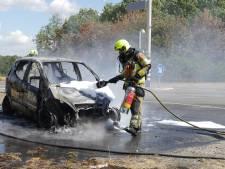 Auto brandt volledig uit op N271 bij Malden