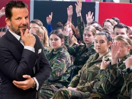In het leger maken ze een echte vent van je, reden om de meisjesdienstplicht onmiddellijk weer af te schaffen