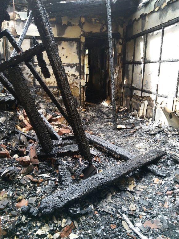 Twee woningen brandden volledig uit, een derde woning raakte zwaar beschadigd.