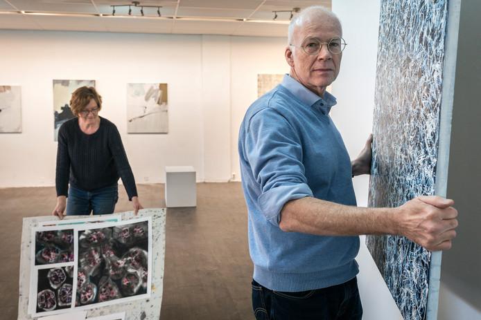 Yvonne Tolman en rechts Oscar Schrover in De nieuwe Kunstruimte aan de Pastoor de Kroonstraat.