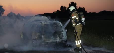 Rijdende auto vliegt in brand in Overlangel
