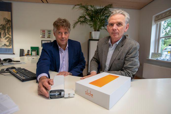 Directeur Hans van Dam (l) en marketingmanager Roel van den Burg met enkele in China gemaakte producten.