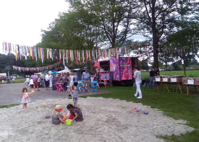 Verschillende kraampjes stonden tijdens het evenement op een weiland achter De Suikerberg.