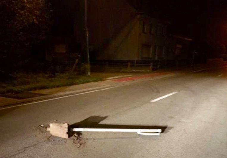 Het bord werd in het donker op de Veldonkstraat in het midden van de weg achter gelaten.