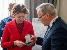 Joke Serraris ontvangt penning van verdienste van Geertruidenberg