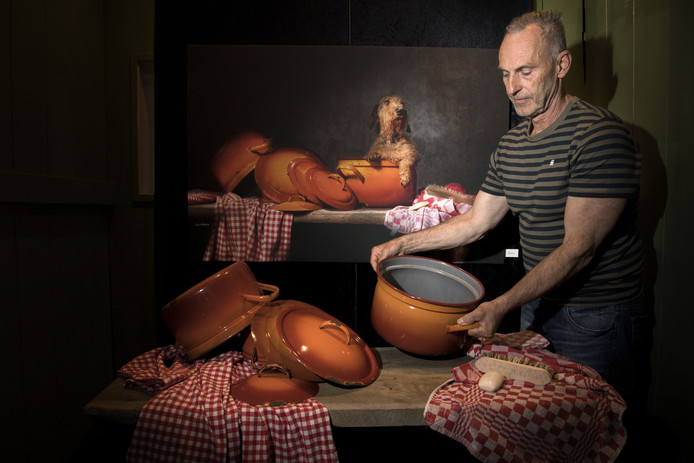 Jan Gerber schikt een pan voor een van zijn foto's. Het geheel lijkt een eeuwenoud driedimensionaal schilderij.
