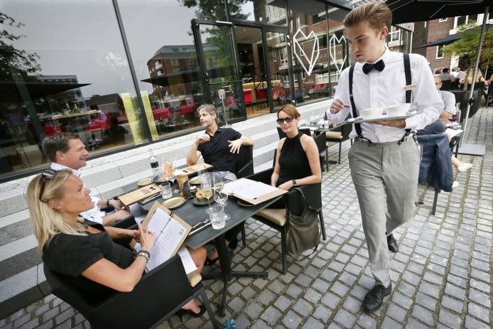 Bij mooi weer kan er bij Liefdegesticht in Breda ook buiten worden gegeten. foto's joyce van belkom/pix4profs