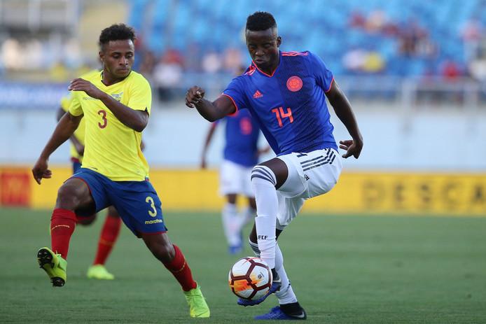 Diego Palacios (links) in actie tijdens het duel met Colombia.