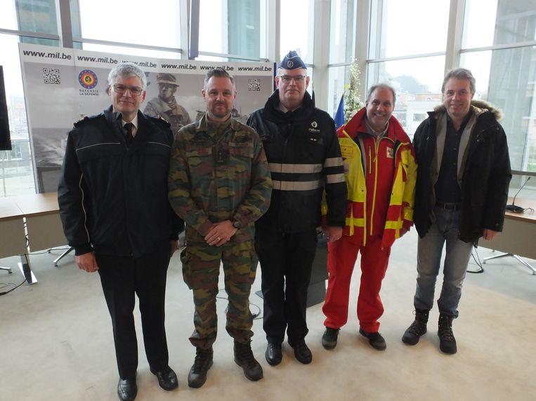 Donza Response is een samenwerking van het Belgisch leger met de lokale hulpdiensten: brandweermajoor Serge Vander Ougstraete, luitenant-kolonel Yves De Neve, hoofdinspecteur van de politiezone Deinze-Zulte Peter Roegiest, Rode Kruis-afdelingsverantwoordelijke Matthieu Machiels en burgemeester Jan Vermeulen.