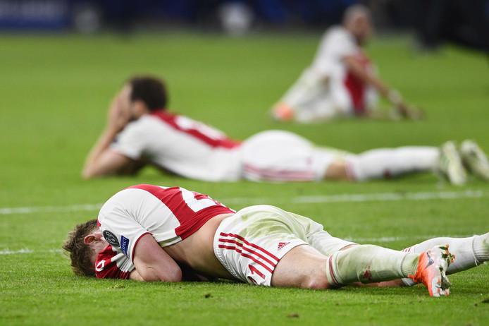 Matthijs de Ligt en Daley Blind liggen uitgeteld op het gras nadat Ajax is uitgeschakeld.