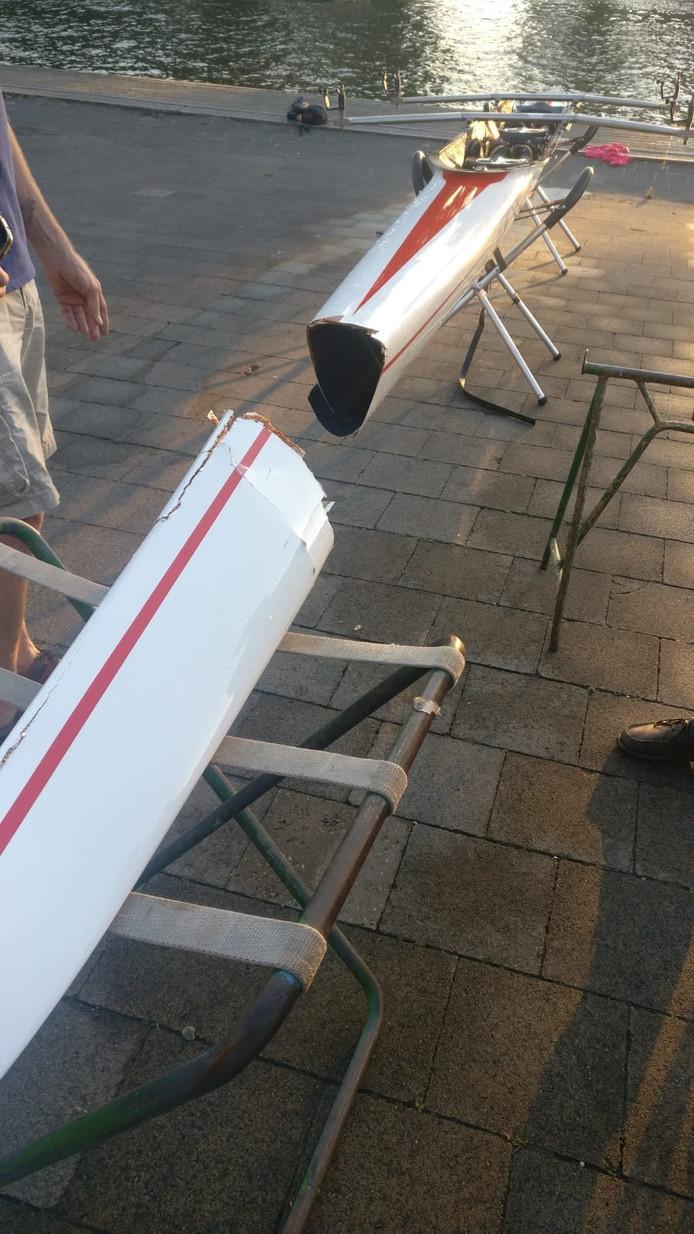 De boot van roeivereniging Viking is door de sprong in twee stukken gebroken.