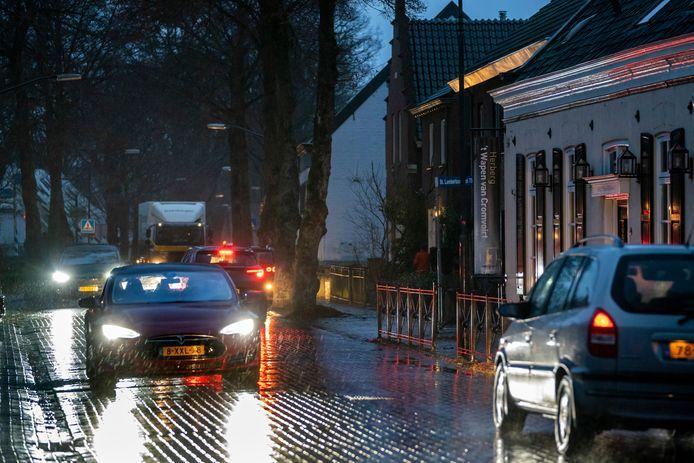 De Lambertusstraat in Cromvoirt wordt steeds drukker, ook met zwaar vrachtverkeer.