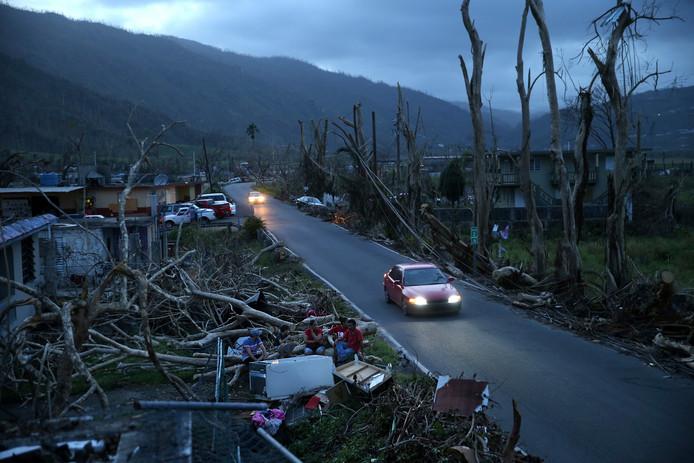 In Yabucoa zitten enkele inwoners van Puerto Rico in het donker tussen het puin.