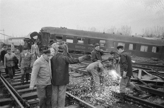 Het treinongeluk bij Woerden op 21 november 1960. Omwonenden en lokale agenten schoten te hulp.