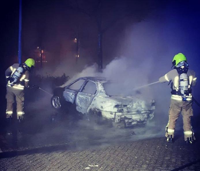 De auto aan het Kerkepad in Middelharnis brandde volledig uit.