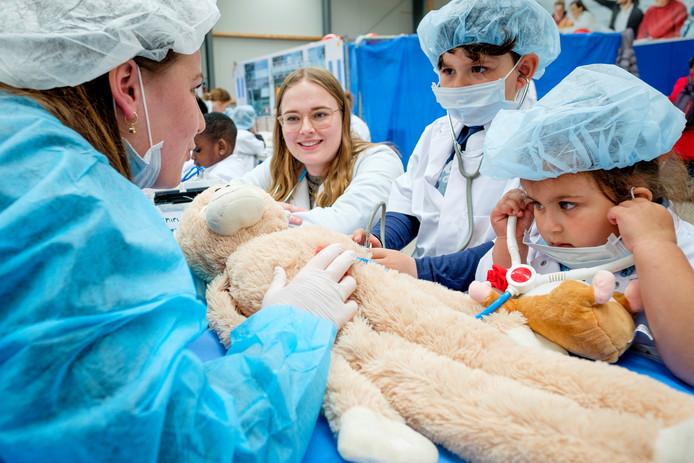 Geneeskundestudenten helpen Berat (6) en zijn zusje Katarina (4) met het behandelen van hun knuffel. Dit om kinderen op hun gemak te laten voelen in de buurt van ziekenhuizen en artsen.