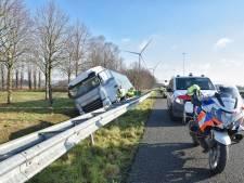 Vrachtwagen belandt in sloot langs A58 Moergestel
