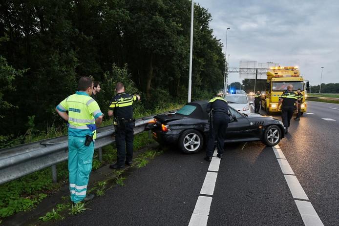 De auto raakte zwaar beschadigd, het tweetal kwam met de schrik vrij.