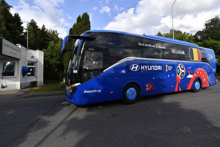 'Red devils on a mission', luidt het als spreuk op de blauwe bus.