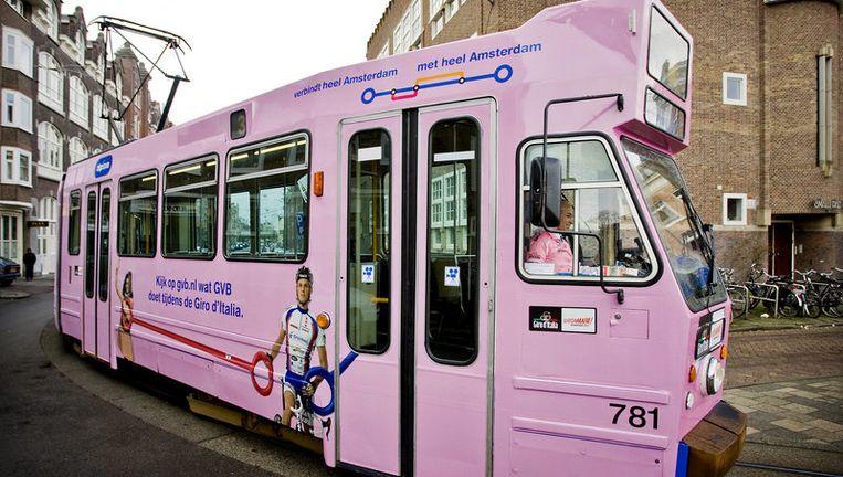 Ter gelegenheid van de Giro d'Italia rijdt sinds donderdag een roze tram door Amsterdam. Roze is de kleur van de Italiaanse wielerronde, die op 8 mei in de hoofdstad start. Foto ANP Beeld