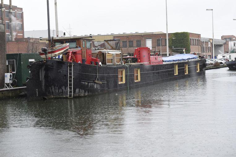 De boot is nu aangemeerd aan het Eilandje.