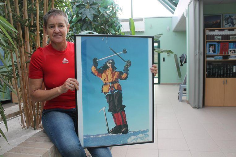 Marleen Goddeau met een foto van haar eerste beklimming van de Mont Blanc, in 1999.