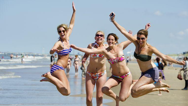 Vrouwen op het strand van Zandvoort. In deze gemeente wonen 97 jonge vrouwen ten opzichte van 100 jonge mannen. Beeld ANP