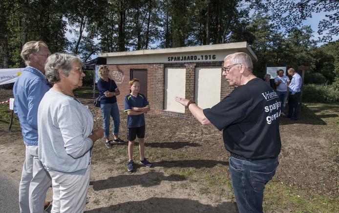 Peter Welles, rechts, geeft tijdens Open Monumentendag uitleg bij het Spanjaardgemaal.
