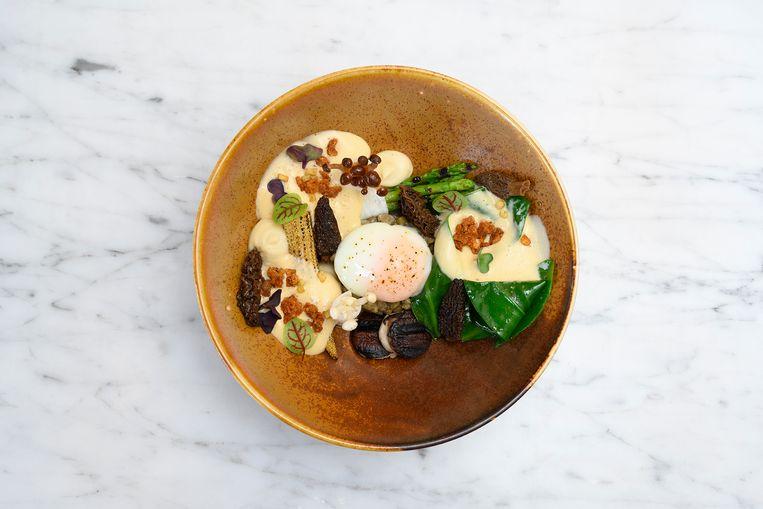 Het vegetarische hoofdgerecht met paddenstoelen en asperges. Beeld Els Zweerink