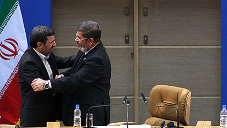 De Iraanse president Ahmadinejad (L) ontmoette zijn Egyptische ambtgenoot Mursi (R) vandaag in Teheran.